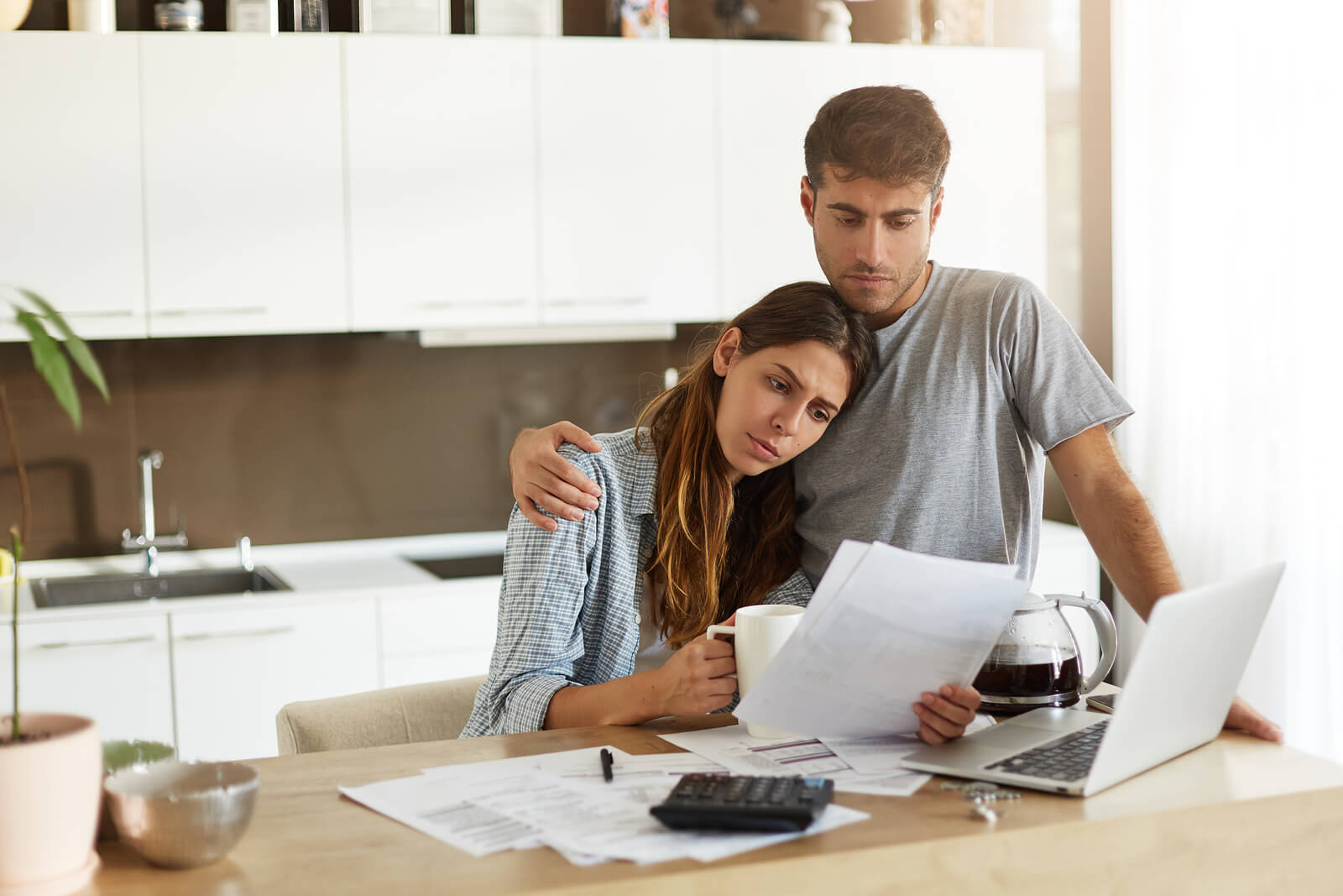 young-couple-bankruptcy-financial-stress